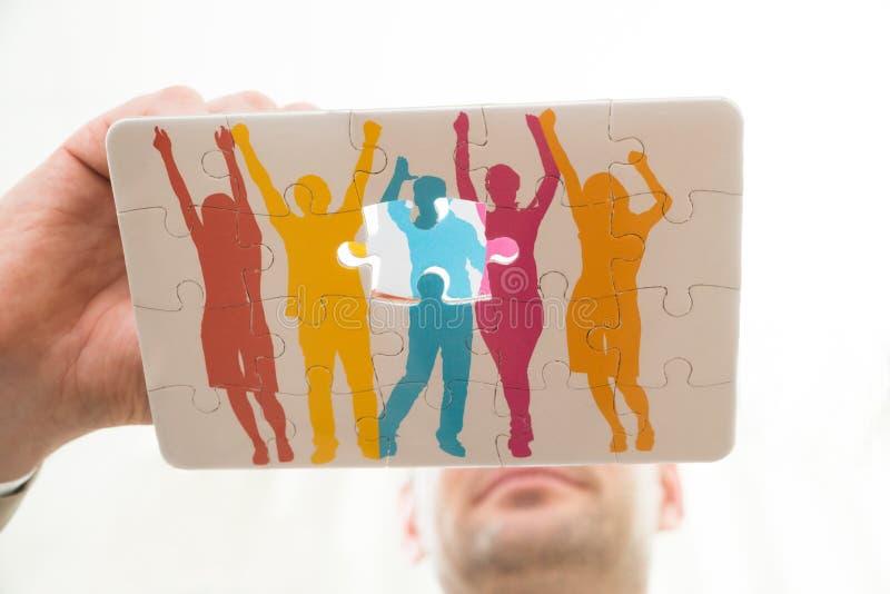 Download Mano Della Persona Con Il Puzzle Fotografia Stock - Immagine di uniscasi, parte: 55353486
