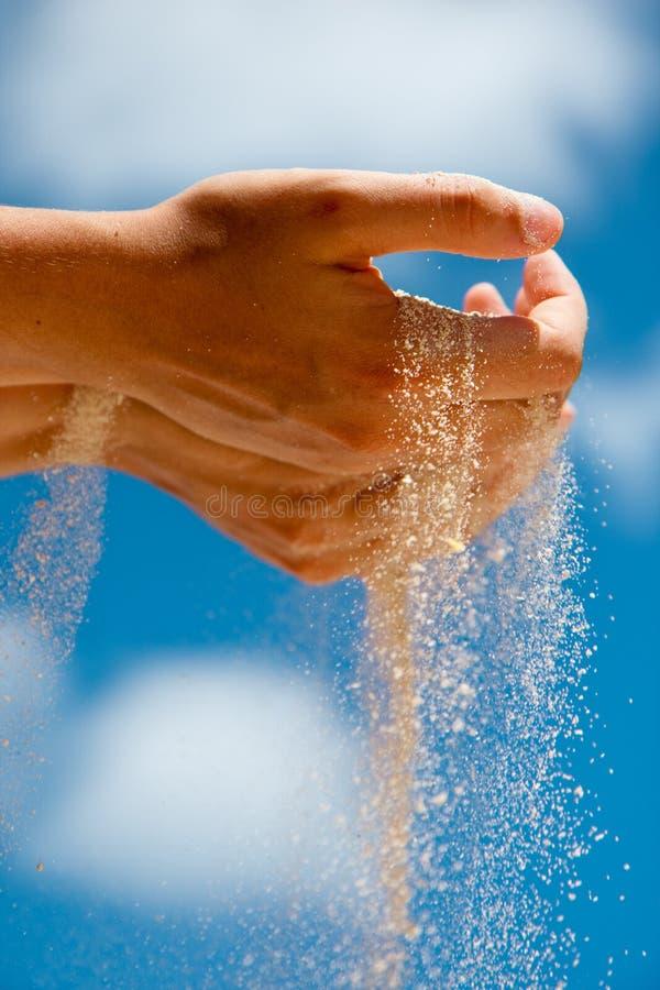 Mano della sabbia fotografia stock