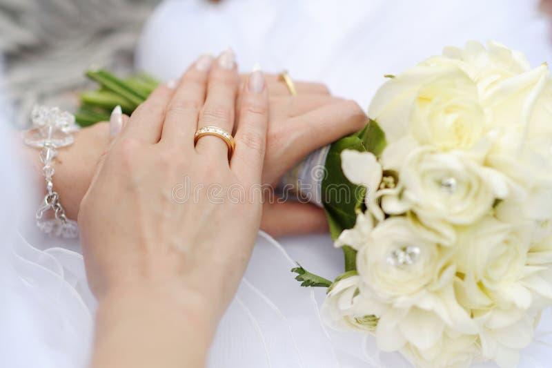 Mano della sposa con un anello di cerimonia nuziale fotografia stock libera da diritti