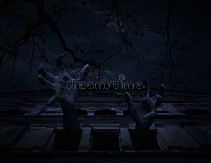 Mano dello zombie che aumenta fuori dal vecchio castello della finestra sopra l'albero morto e immagine stock