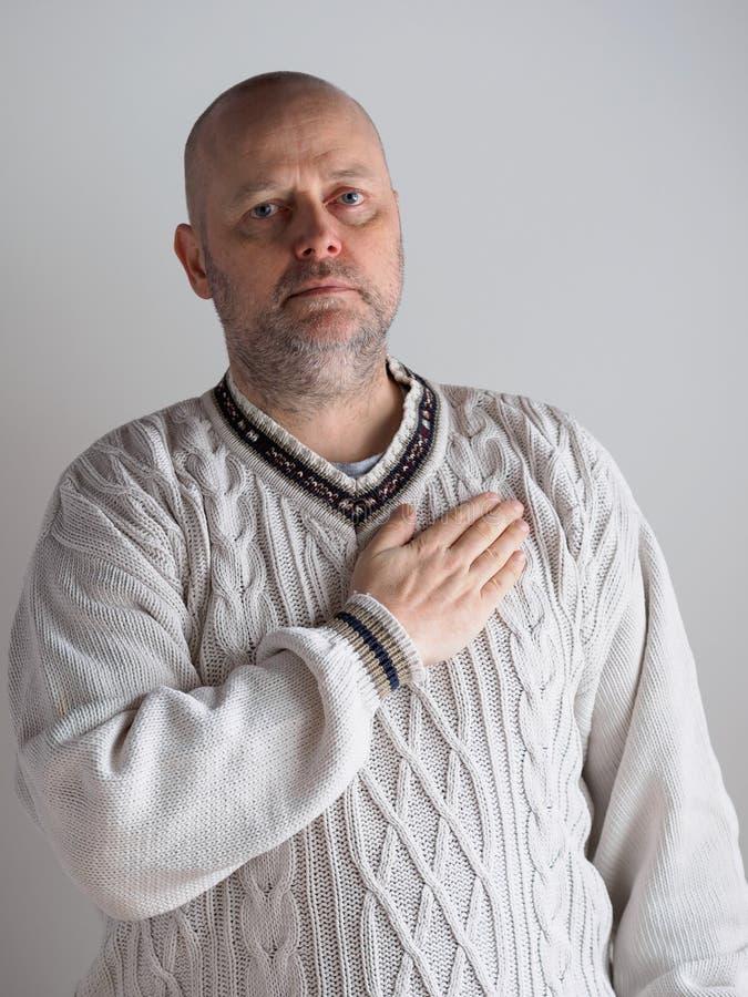Mano derecha sobre corazón fotografía de archivo libre de regalías