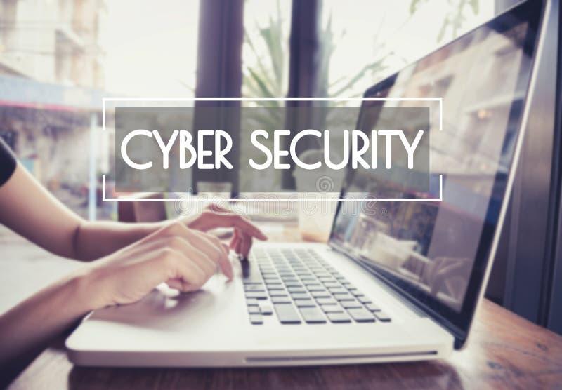 Mano di affari che scrive su una tastiera del computer portatile con sicurezza cyber immagine stock libera da diritti