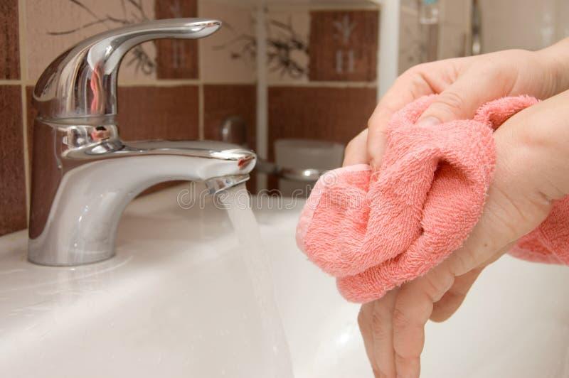 Mano di lavaggio della donna nell'ambito del funzionare fotografie stock libere da diritti