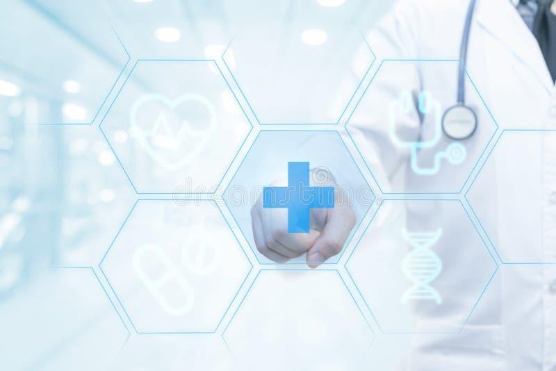 Mano di medico che lavora all'interfaccia visiva dello schermo come concetto professionale della medicina fotografie stock