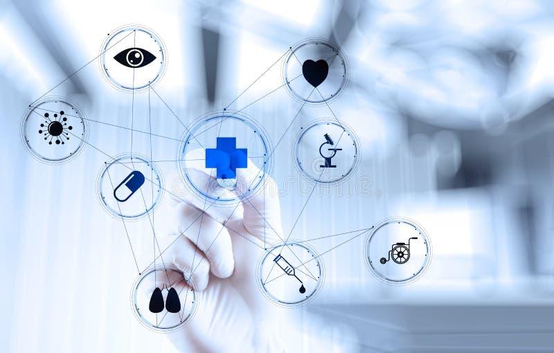 Mano di medico della medicina che funziona con l'interfaccia moderna del computer immagine stock