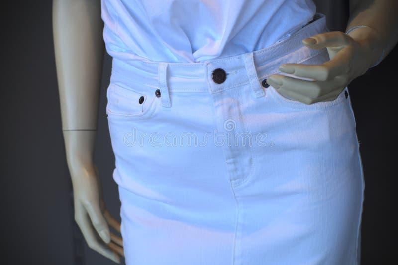 Mano di modello di giro vita della vetrina della donna da modo dell'attrezzatura bianca fittizia del vestito fotografia stock