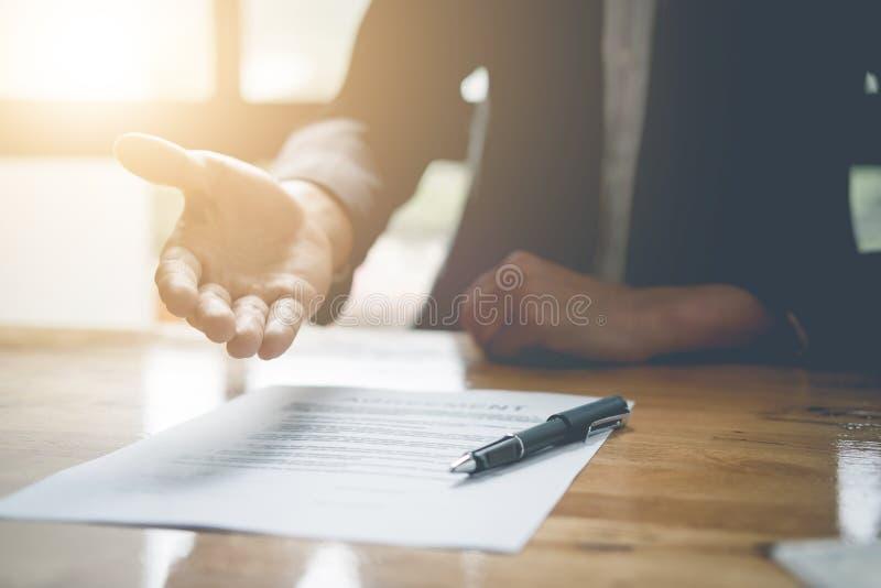 Mano di offerta dell'agente immobiliare per il contrac di accordo del segno del cliente fotografie stock libere da diritti