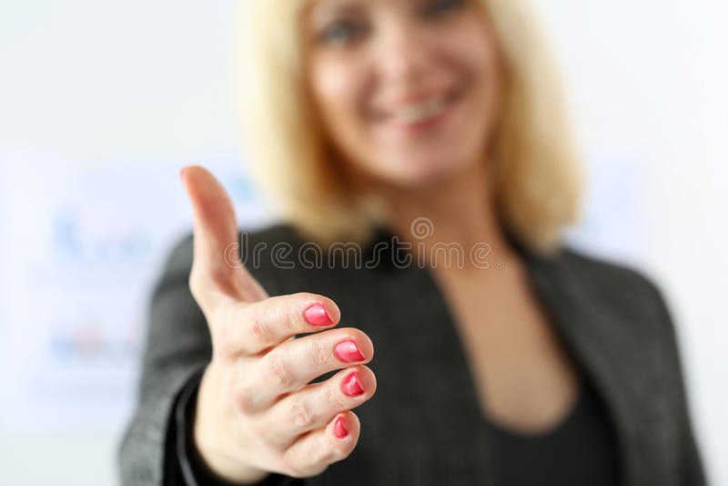 Mano di offerta della donna di affari da stringere come ciao fotografie stock