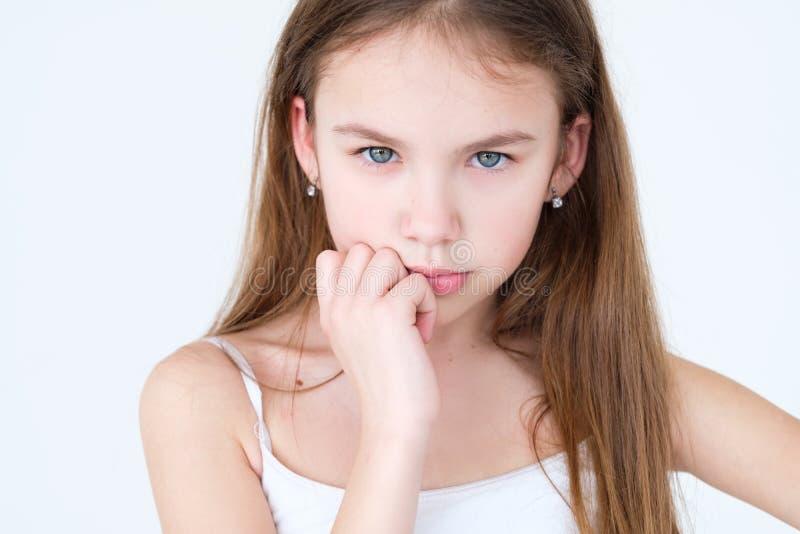 Mano di pensiero del bambino serio sotto la bambina del mento immagine stock