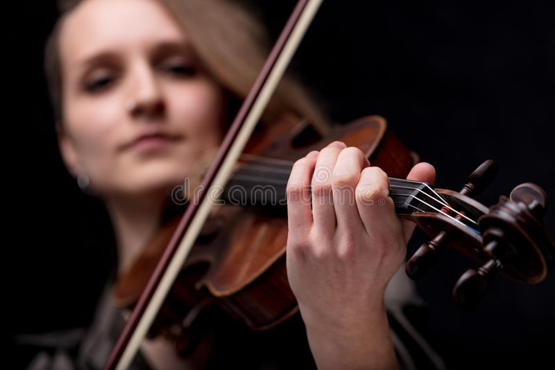 Mano di un violinista barrocco fotografie stock libere da diritti