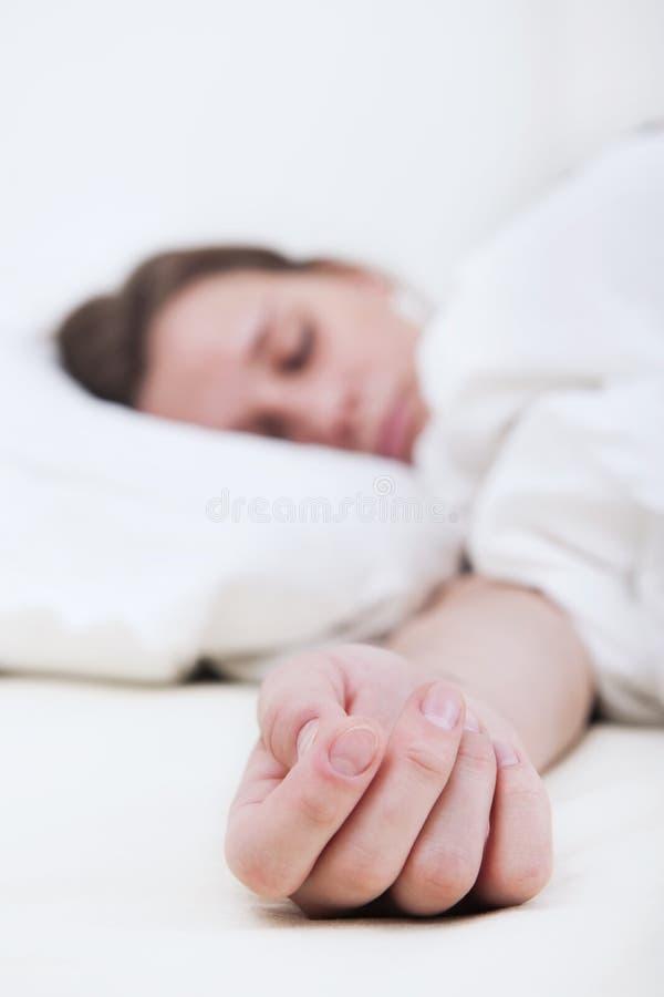 Mano di una donna addormentata immagini stock