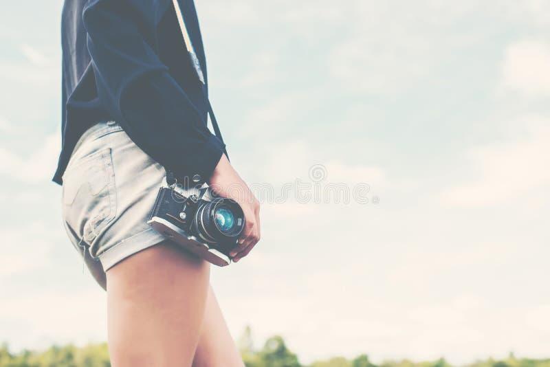 mano diritta di bella fotografia delle donne che tiene retro macchina fotografica i fotografia stock