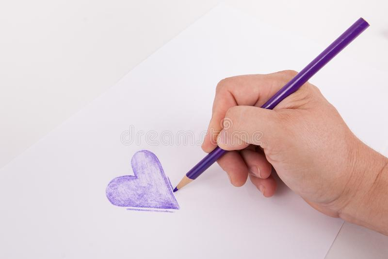 Mano disegnata a mano di Purple Heart che tiene una matita di coloritura di arte fotografie stock libere da diritti