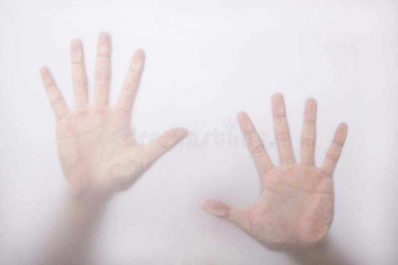 Mano e palma sul vetro fotografie stock libere da diritti