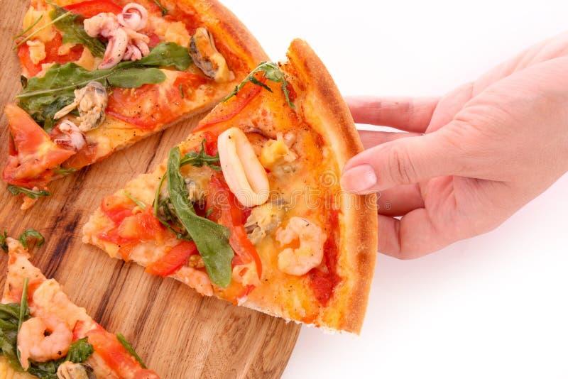Mano e pizza isolate fotografia stock libera da diritti