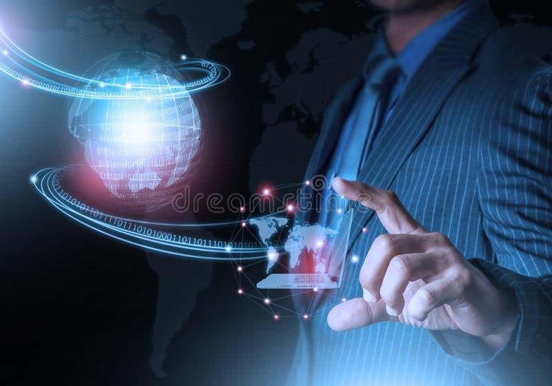 Mano elegante que lleva a cabo tecnología futurista de la conexión del mundo con el finger foto de archivo