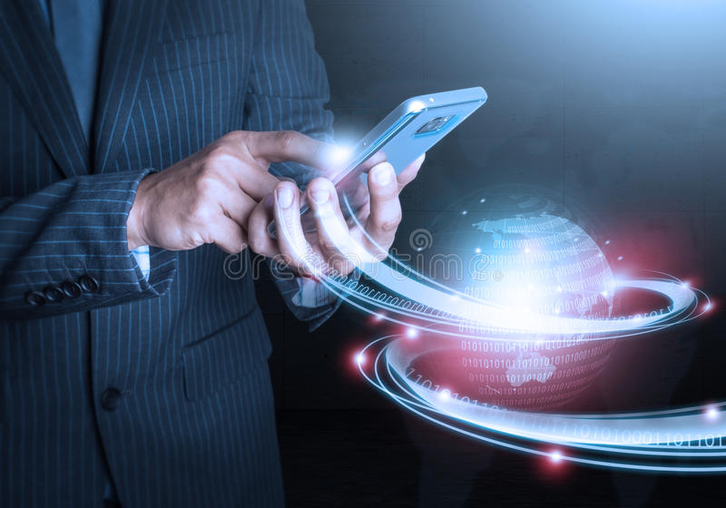 Mano elegante que lleva a cabo tecnología futurista de la conexión del teléfono foto de archivo