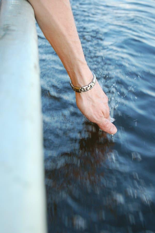 Mano en agua foto de archivo