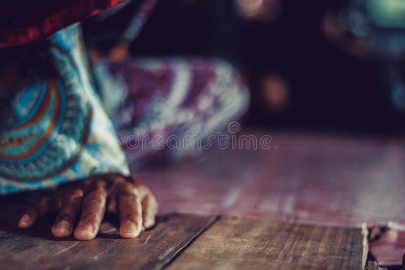 Mano en el piso de madera imagen de archivo