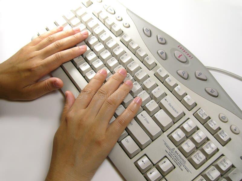 Mano en el teclado fotografía de archivo libre de regalías
