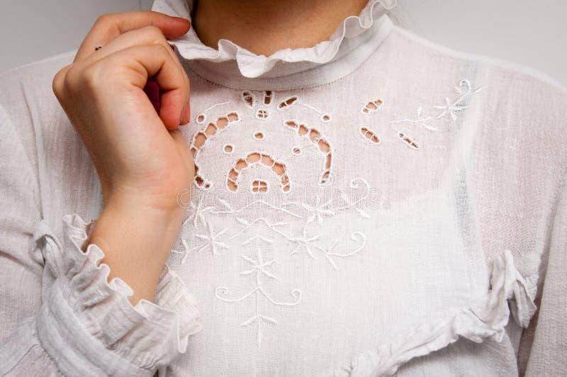 Mano en la blusa del vintage foto de archivo