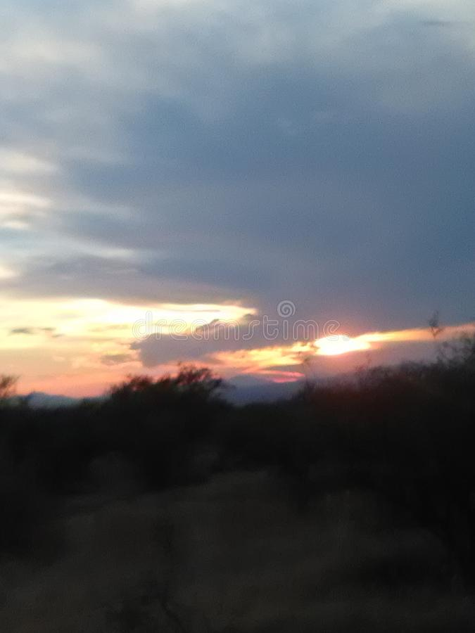 Mano en nubes del cielo fotos de archivo libres de regalías