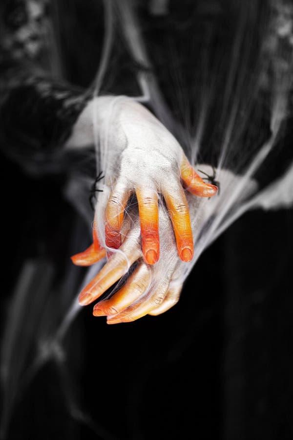 Mano espeluznante de Halloween en anaranjado y blanco con la web de araña, mano del zombi imágenes de archivo libres de regalías