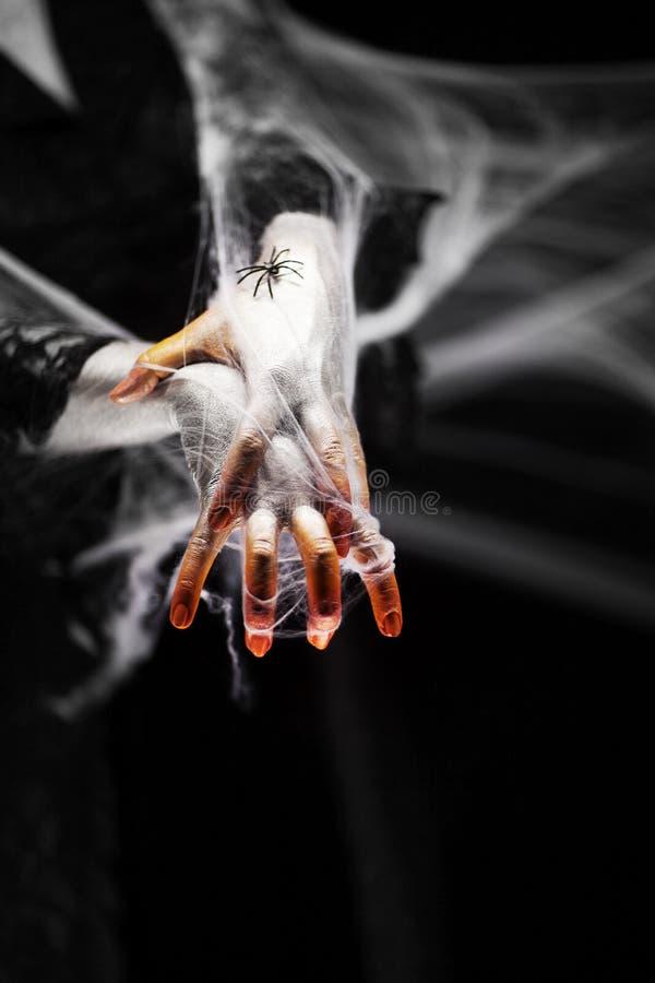 Mano espeluznante de Halloween en anaranjado y blanco con la web de araña, mano del zombi fotografía de archivo libre de regalías