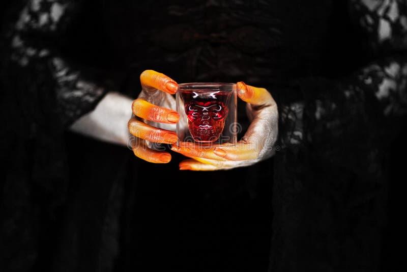 Mano espeluznante de Halloween en anaranjado y de plata, mano del zombi fotos de archivo libres de regalías