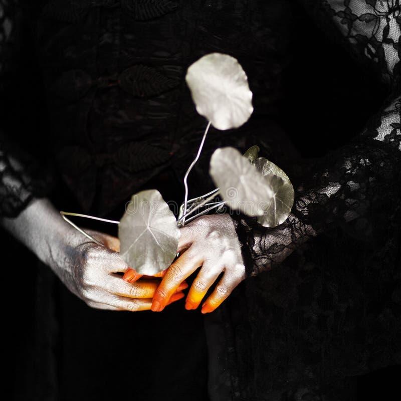 Mano espeluznante de Halloween en anaranjado y de plata, mano del zombi imagen de archivo