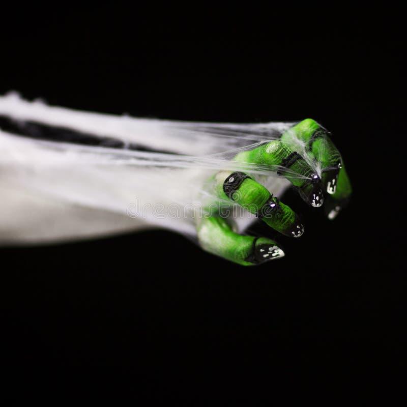 Mano espeluznante de Halloween en verde y blanco con la web de araña, zombi imagenes de archivo
