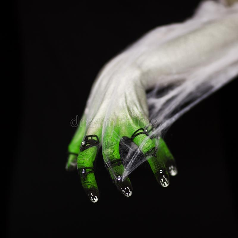 Mano espeluznante de Halloween en verde y blanco con la web de araña, zombi imágenes de archivo libres de regalías