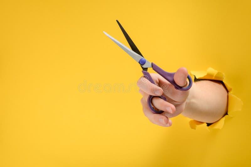Mano facendo uso delle forbici fotografia stock libera da diritti