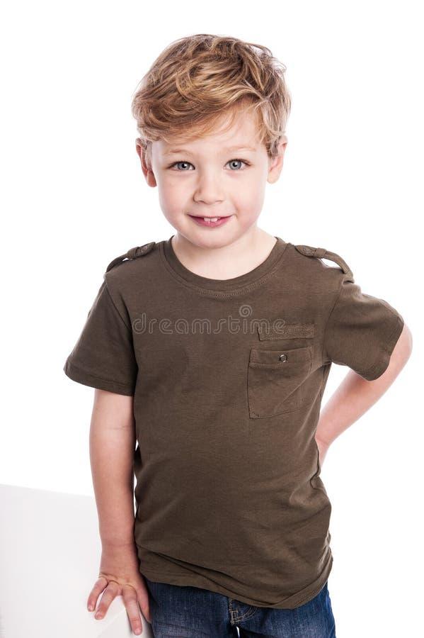 Mano feliz del withg del muchacho en cadera. imagen de archivo