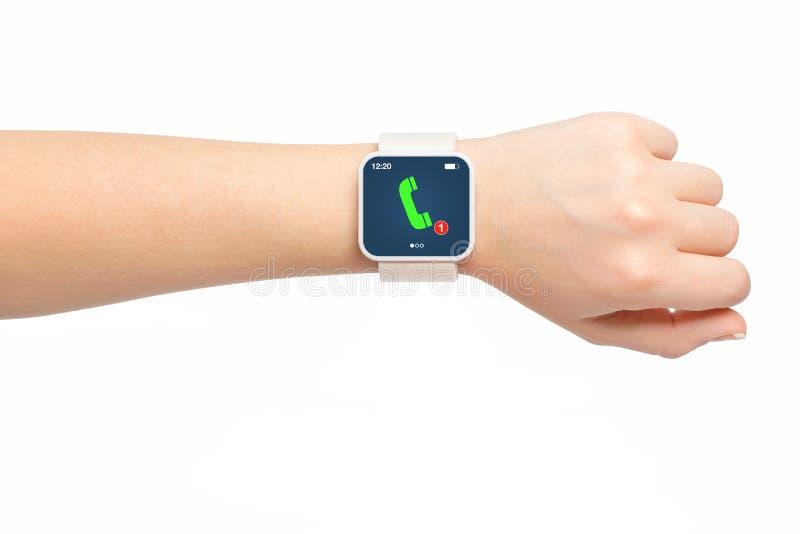 Mano femenina aislada con llamada de teléfono del smartwatch foto de archivo libre de regalías