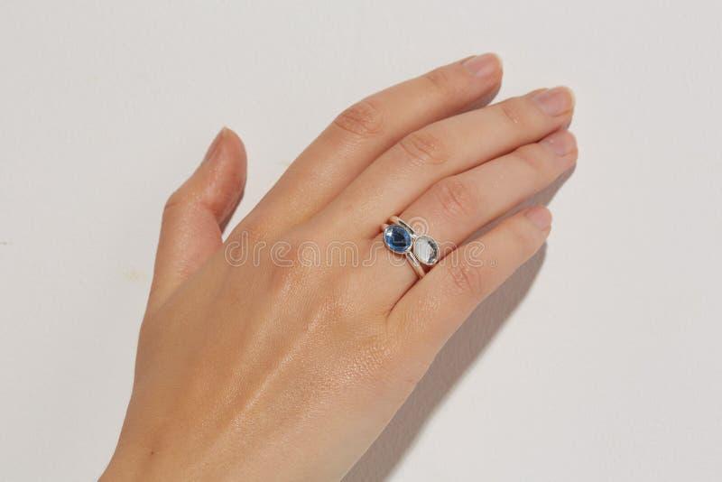 Mano femenina con anillos fotos de archivo libres de regalías