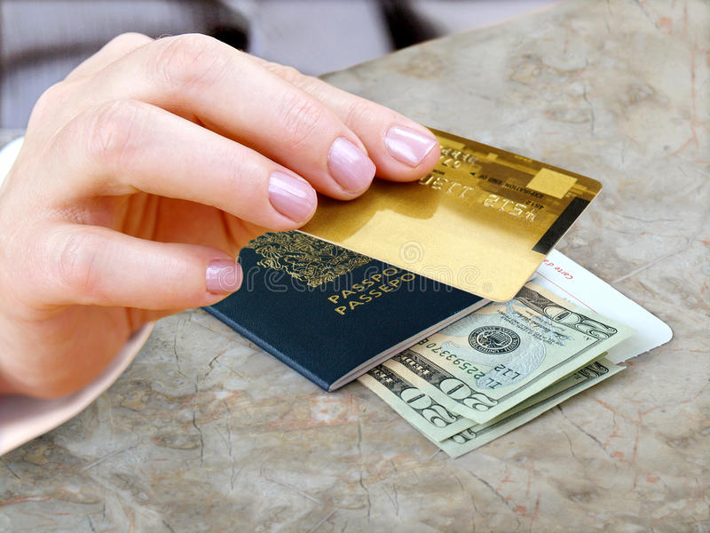Mano femenina con de la tarjeta de crédito fotos de archivo