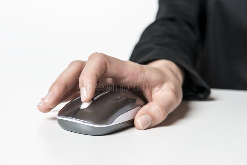 Mano femenina con el ratón del ordenador imágenes de archivo libres de regalías