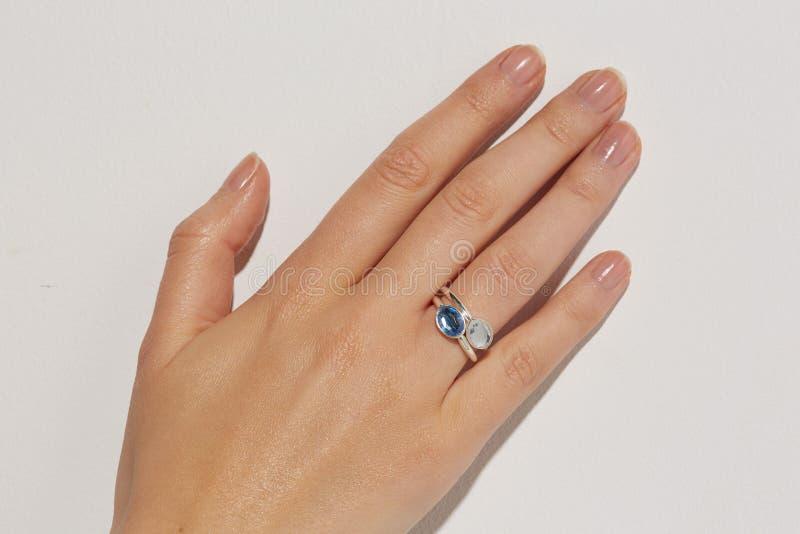 Mano femenina con un anillo imagenes de archivo
