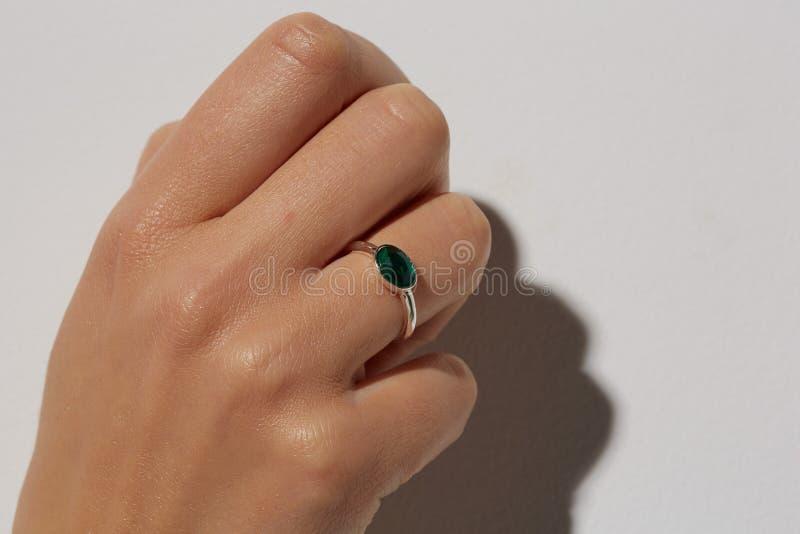 Mano femenina con un anillo foto de archivo libre de regalías