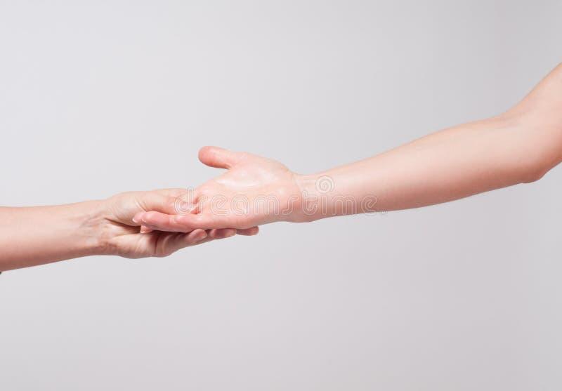 Mano femenina Primer de una palma del ` s de la mujer en el fondo blanco foto de archivo