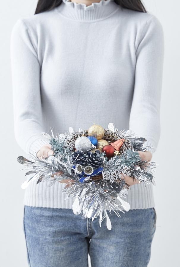 Mano femenina que sostiene la guirnalda de la Navidad fotografía de archivo libre de regalías