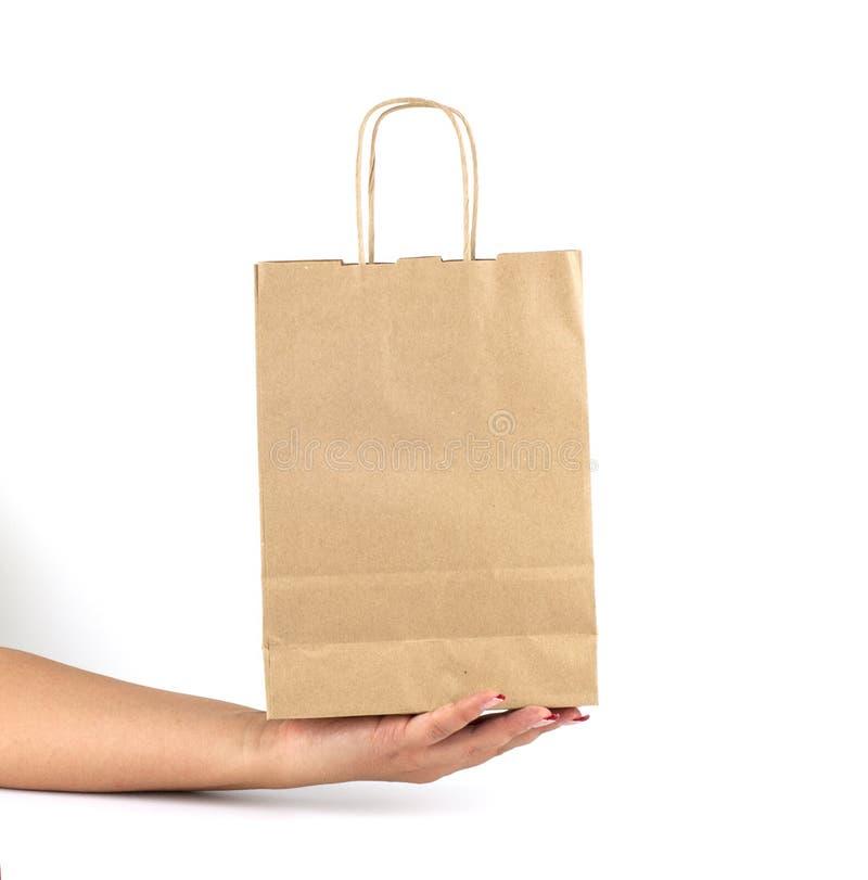 Mano femenina que sostiene una bolsa de papel fotos de archivo