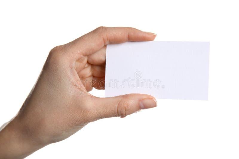 Mano femenina que sostiene una tarjeta de visita en blanco imagenes de archivo
