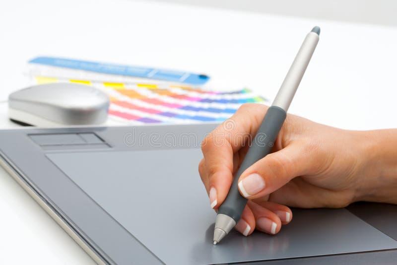 Mano femenina usando pluma en la tablilla digital. fotografía de archivo