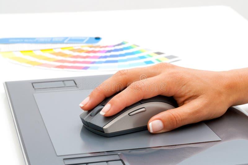 Mano femenina usando ratón en la tablilla digital. imágenes de archivo libres de regalías
