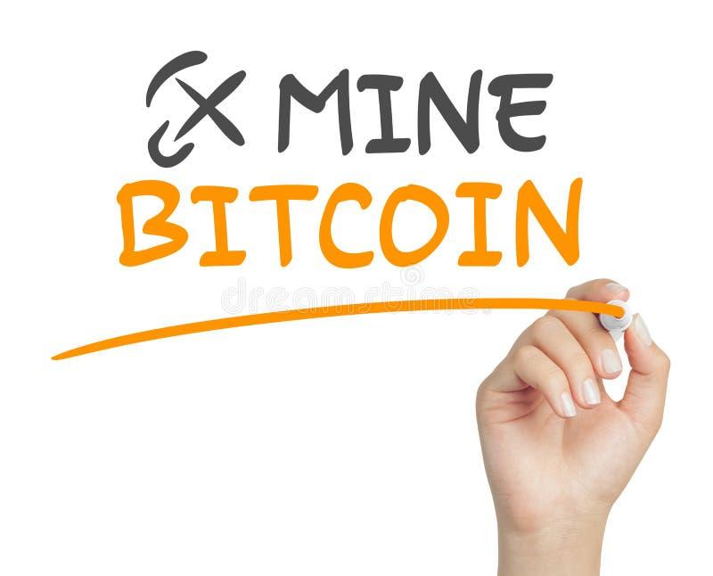 Mano femminile che scrive il messaggio del bitcoin della miniera con l'indicatore sul fondo bianco immagini stock libere da diritti