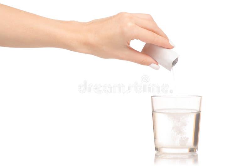 Mano femminile che tiene la medicina della polvere del bicchiere d'acqua fotografia stock