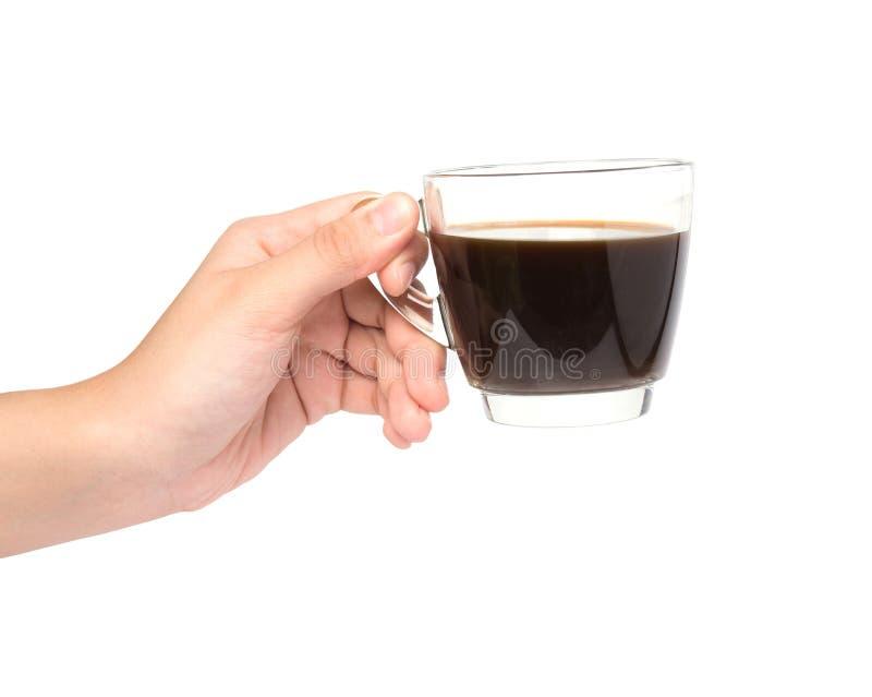 Mano femminile che tiene tazza di coffe su bianco immagine stock