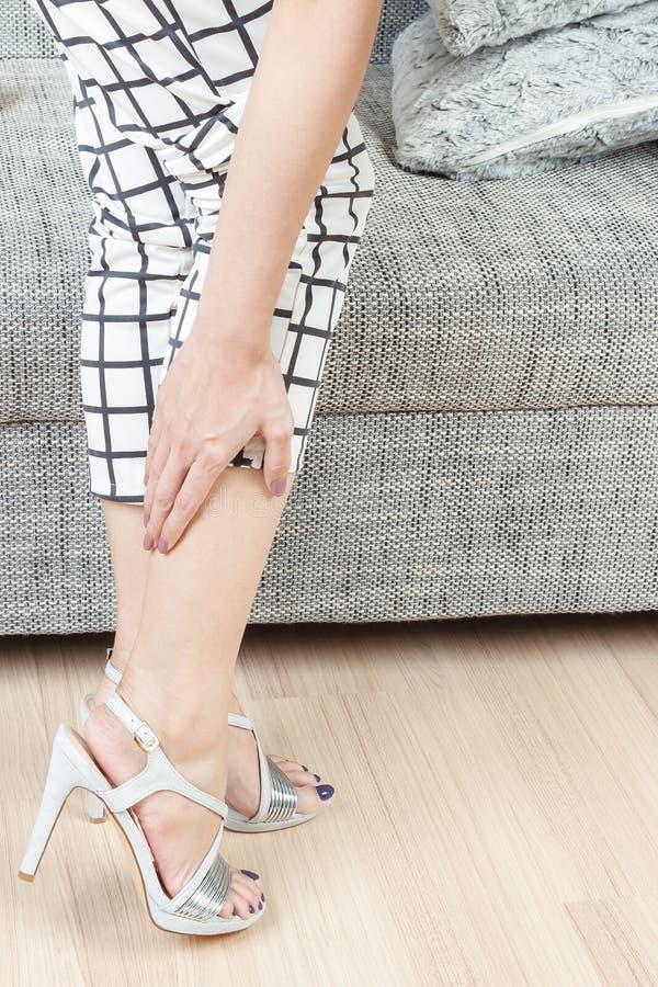 Mano femminile con dolore del piede dopo fotografia stock